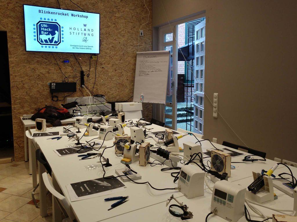 Tische mit Lötstation, Werkzeug und der Blinkenrocket-Anleitung