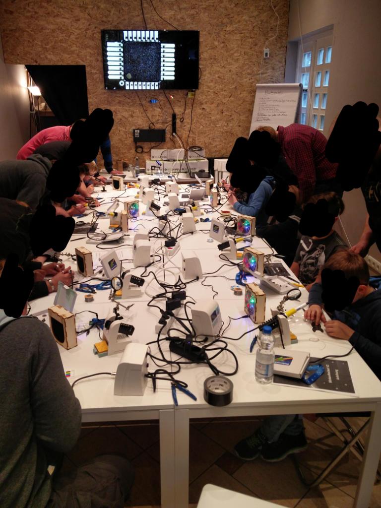 UN-Hack-Bar von Menschen bevölkert die gerade die Blinkenrocket löten
